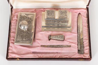 Indochine, XIX-XXe siècle Nécessaire de bureau en argent gravé et ciselé (non poinçonné)...