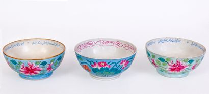Lot de 3 bols en porcelaine à décor de fleurs...