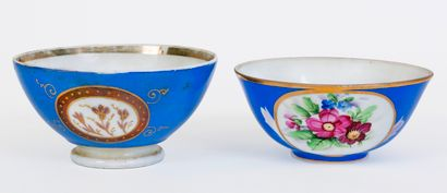 Lot de 2 bols en porcelaine à fond bleu azur...