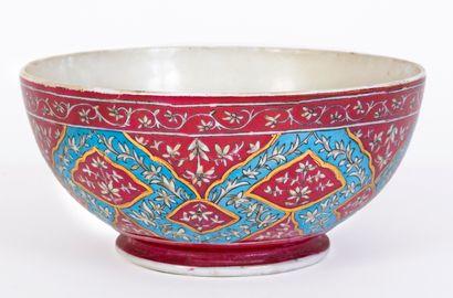 Grand bol en porcelaine à fond pourpre à...