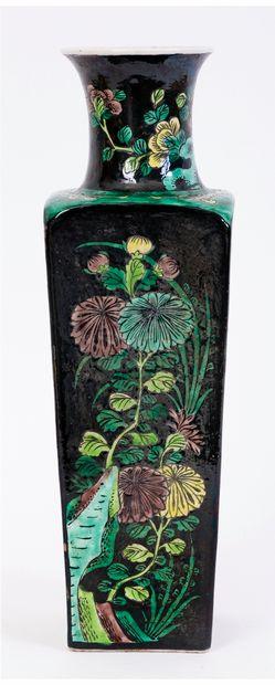 Chine, XIXe siècle Vase quadrangulaire en...