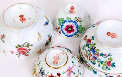 Lot de 4 bols en porcelaine à décor de groupes de fleurs polychrome sur fond blanc....