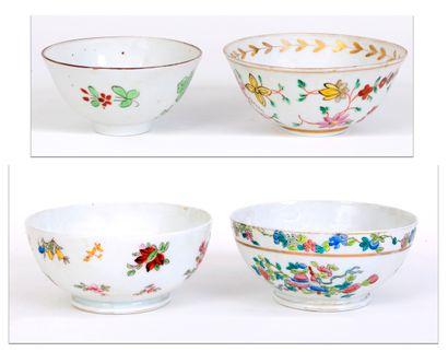 Lot de 4 bols en porcelaine à décor de groupes...
