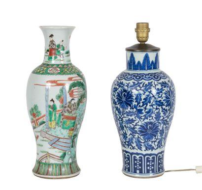 Chine, XIXe siècle Lot de deux vases en porcelaine,...