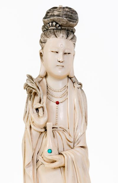 Chine, XIXe siècle Sculpture en ivoire représentant une dame de cour debout sur...