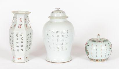 Chine, XIXe siècle Lot comprenant un vase hexagonal et deux potiches en porcelaine...
