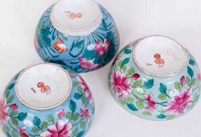 Lot de 3 bols en porcelaine à décor de fleurs stylisées sur fond bleu céleste. Manufacture...