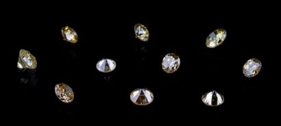 Lot de dix diamants de couleur pour un total...