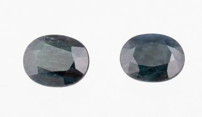 Set of 2 dark oval sapphires of 7.04 ct....