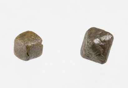 Lot de deux diamants bruts l'un en forme de cube et l'autre en forme d'octaèdre...