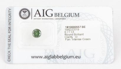 Diamant rond brillant de couleur vert intense traité de 0,77 ct. présentant une...