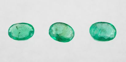 Set of three oval emeralds for a total of 0.91 ct. with a beautiful light garden...