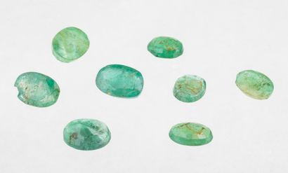 Set of eight oval emeralds for a total of 5.03 ct. from pale green to deep green,...