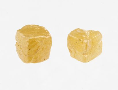 Set of two rough square diamonds for a total of 1.33 ct, intense yellow color, very...