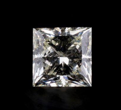 Un diamant taille princesse fancy very light...