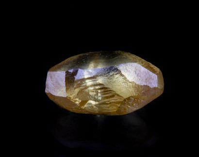 Un diamant brut de 1,03 ct. de couleur jaune...