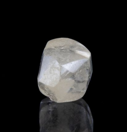 Rough diamond of 2.02 ct showing a beautiful purity, little fluorescence and a pimply...