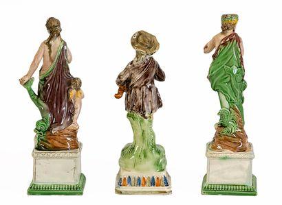 Lot se composant d'une paire de statuettes en faïence polychrome à décor de personnage...