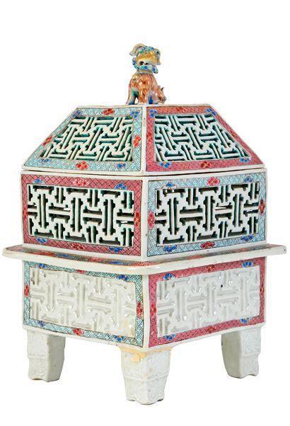 Chine, XIXe siècle Brûle-parfum en porcelaine...
