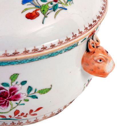 Chine, époque Qianlong (1736-1795) Soupière en porcelaine à décor en émaux de la...
