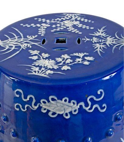 Chine XIXe siècle Tabouret en porcelaine ajourée à décor sur fond bleu de motifs...