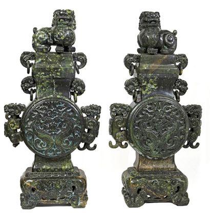 Chine, XXe siècle Paire d'importants vases couverts en serpentine sculptée à décor...
