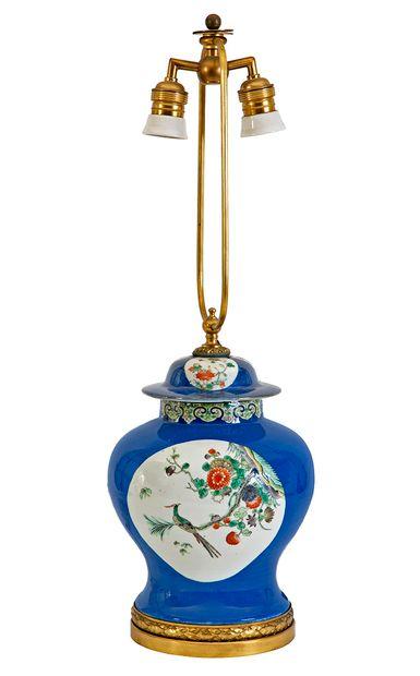 Chine, XIXe siècle Potiche couverte en porcelaine...