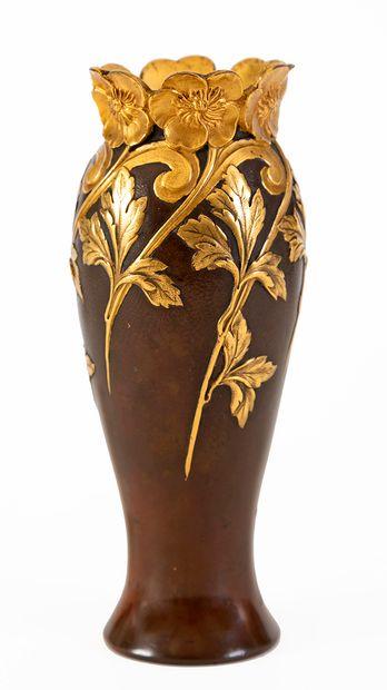 Vase en bronze à deux patines à décor floral...