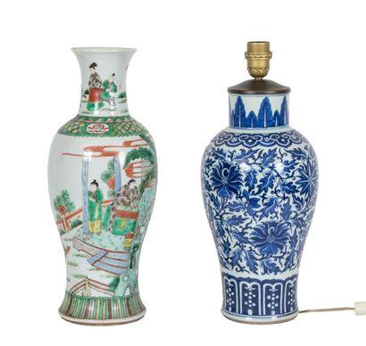 Chine, XIXe siècle Lot de deux vases en porcelaine, l'un à décor en émaux de la...