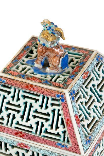 Chine, XIXe siècle Brûle-parfum en porcelaine à paroi réticulée à décor floral en...