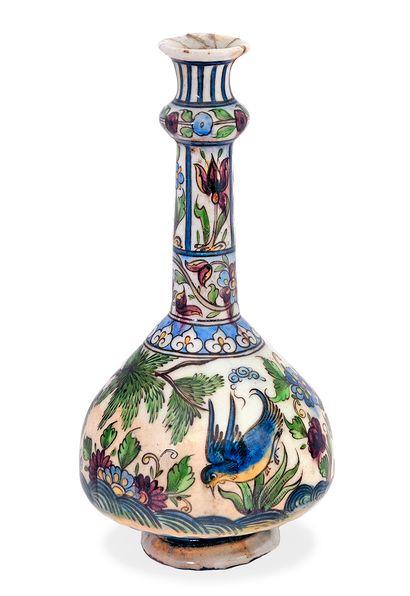 Vase Qâjâr, Iran, vers 1850 Bouteille à panse globulaire et haut col orné d'un renflement...