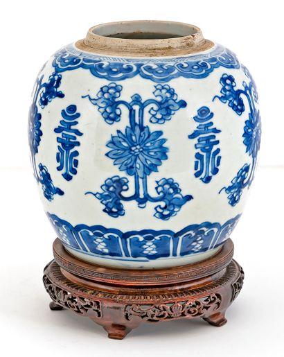 Chine, époque Kangxi (1662-1722) Pot à gingembre en porcelaine à décor en émaux...