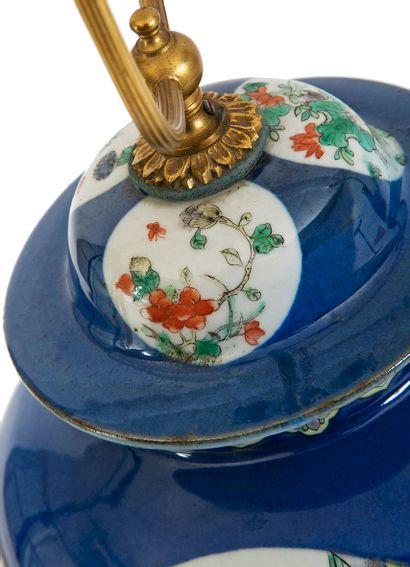 Chine, XIXe siècle Potiche couverte en porcelaine à décor en émaux polychromes...