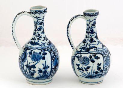Japon, période Edo (1603-1868) Lot de deux verseuses en porcelaine d'Arita en émaux...