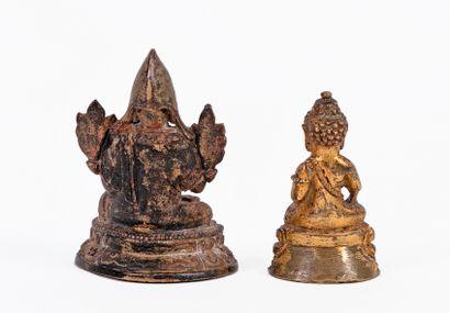 Tibet, XVIIIe siècle Lot de deux petites statuettes en bronze, l'une à patine foncée...