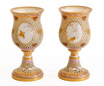 Paire de gobelets sur piédouche en porcelaine...