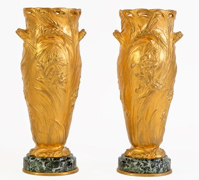 Paire de vases en bronze doré à riche décor...