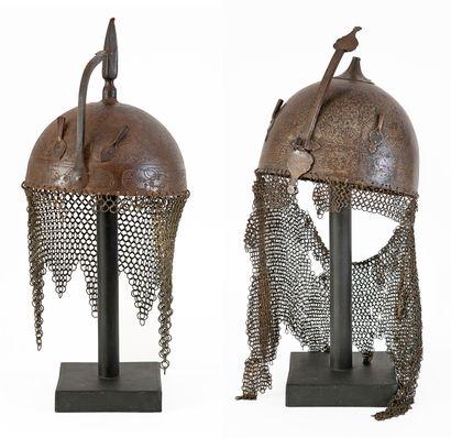 Ensemble comprenant: - Un casque de type khula-khud gravé à l'acide avec sa coiffe...