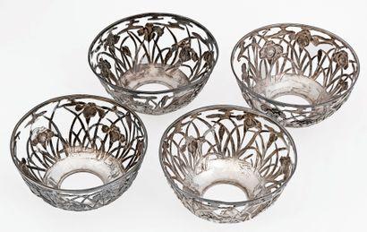 Chine, vers 1920 Suite de quatre montures de bol en argent à décor de végétaux....