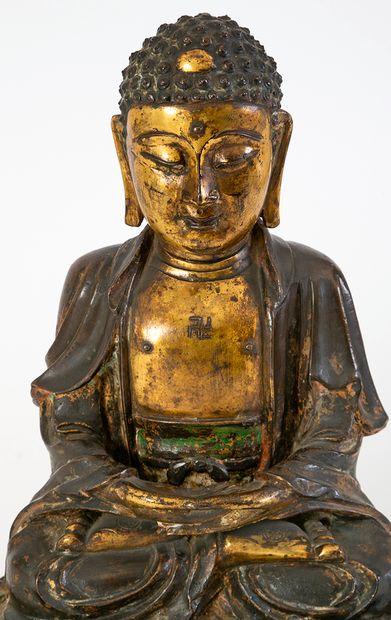Chine, fin de la période Ming (1368-1644) Bouddha en bronze doré et anciennement...