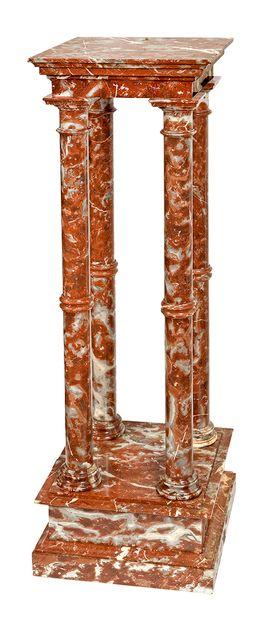 Sellette en marbre rouge à quatre colonnes...