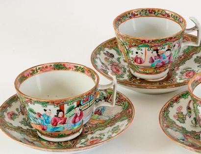 Chine, XIXe siècle Série de 6 tasses et 6 sous-tasses en porcelaine de Canton à...