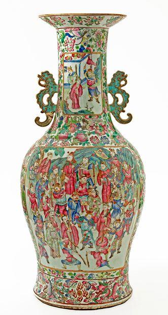 Chine, XIXe siècle Important vase en porcelaine de Canton à décor en émaux de la...