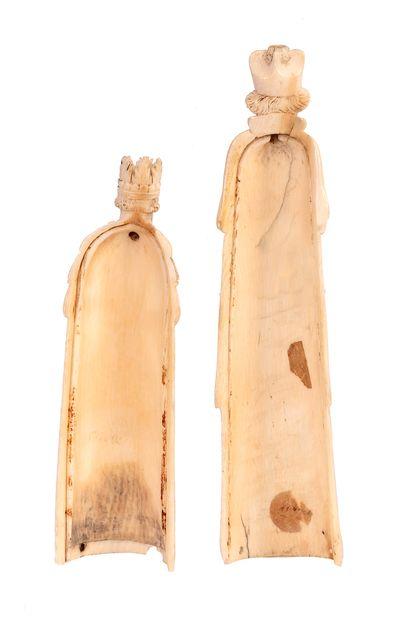 Deux dos de râpe à tabac en ivoire sculpté, l'un en forme deRoi couronnéet l'autre...