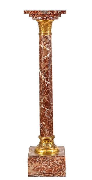 Colonne en marbre rouge à la base et au chapiteau...