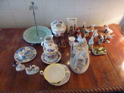 Lot de +/- 47 porcelaines comprenant un groupe...
