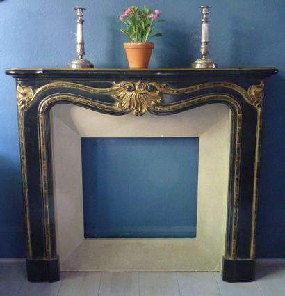 Cheminée de style Louis XV en bois sculpté...