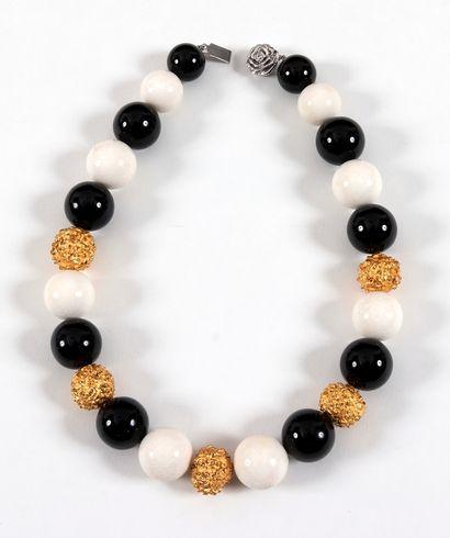 Collier ras-de-cou en grosse perles de corail,...