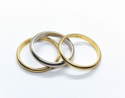 Lot de trois petites alliances, deux en or...