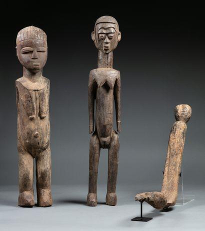 Ensemble comprenant: deux grandes statues...